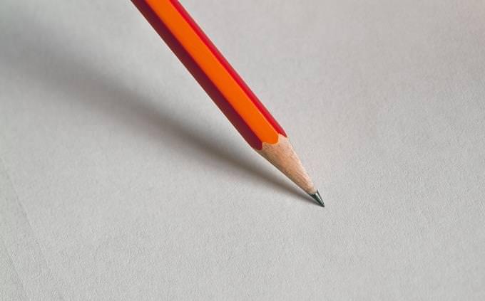 מבחן טריוויה בעברית: עיפרון על נייר לבן