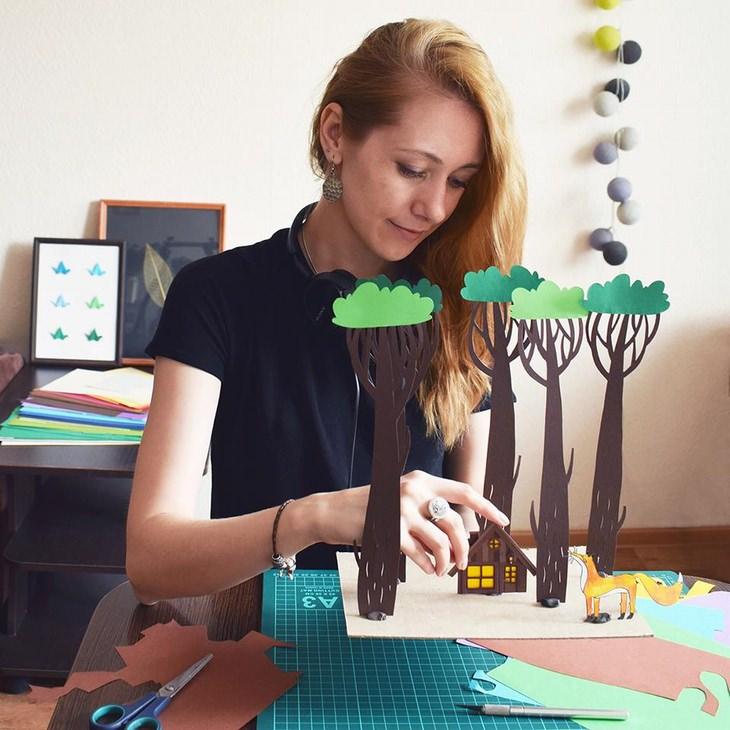 אומנות מגזרות נייר: מרגרט סקרינקל עובדת על היצירה שלה