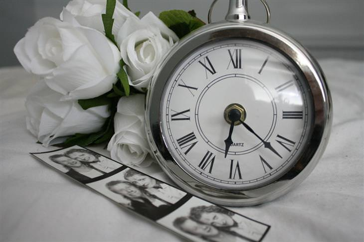 משברים נפוצים בחיי הנישואים: שעון ותמונות זוגיות בשחור לבן לצדו