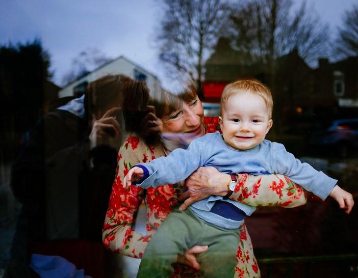 ברכה לסבא וסבתא: סבתא מחזיקה את נכדה התינוק