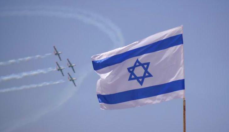 אטרקציות בחינם ביום העצמאות 2018: דגל ישראל ומאחוריו מטס