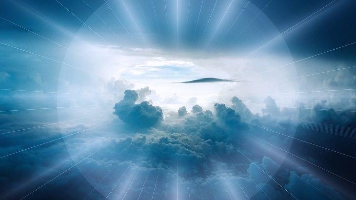 בדיחה על נהג מונית ורב שמגיעים לגן עדן: שמים ועננים המוקפים בניצוץ מאיר