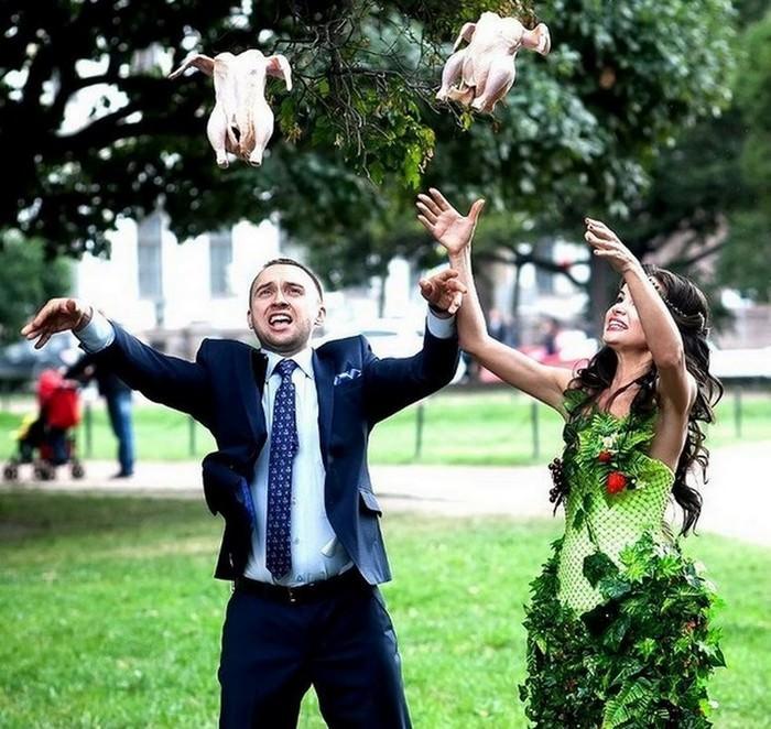תמונות מצחיקות של חתונות רוסיות: חתן וכלה זורקים תרנגולות באוויר