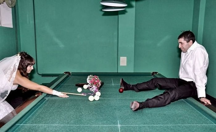תמונות מצחיקות של חתונות רוסיות: חתן וכלה משחקים סנוקר מסוכן