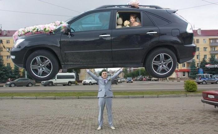 תמונות מצחיקות של חתונות רוסיות: פוטושופ רע של חתן מרשים מכונית עם כלה
