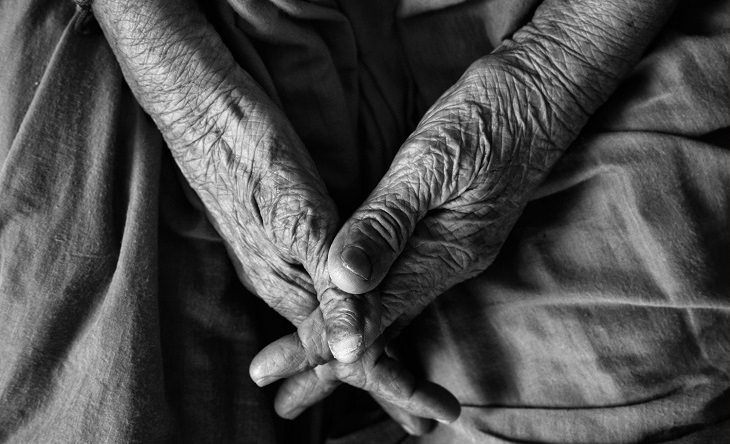 טיפים להתגברות על כישלון: ידיים של אדם מבוגר