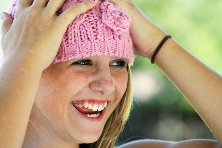 טיפים להתגברות על כישלון: אישה צעירה מחייכת