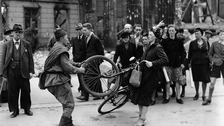 רגעים מההיסטוריה: חייל רוסי מנצל את כוחו בגרמניה (1945)