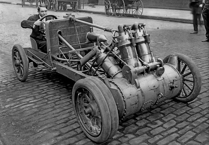 רגעים מההיסטוריה: מהנדס אמריקאי במכונית שהמציא והרכיב (1907)