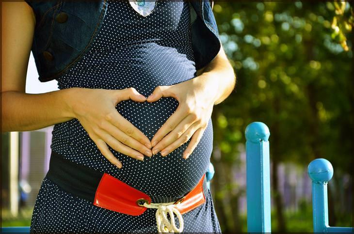 מחקר על פרצטמול והשפעתו על העובר: אישה בהריון מסמנת לב על הבטן שלה עם ידיה