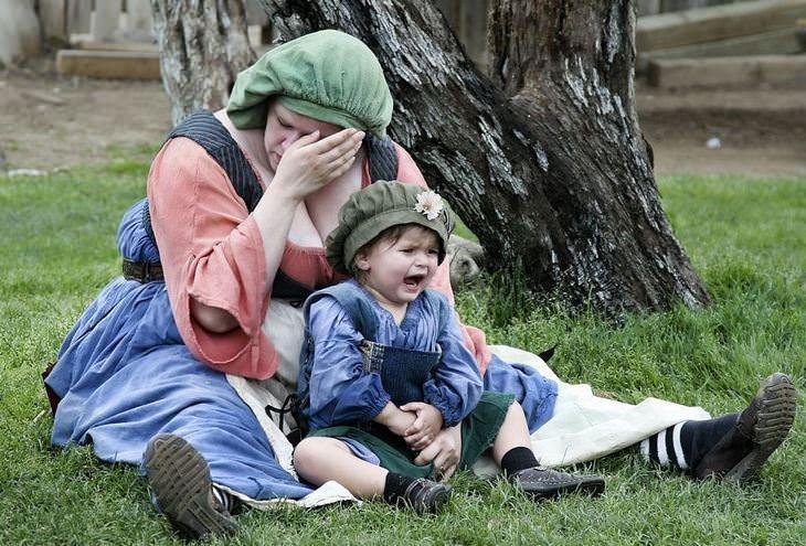 עובדות מעניינות: אם בוכה יושבת על הקרקע עם בנה הבוכה אף הוא