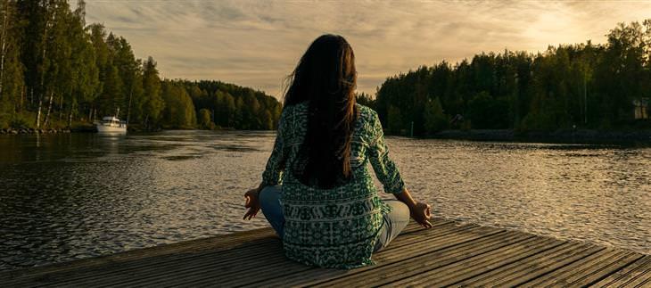 דברים קשים שצריך לשמוע על הגישה לחיים: אישה עושה מדיטציה
