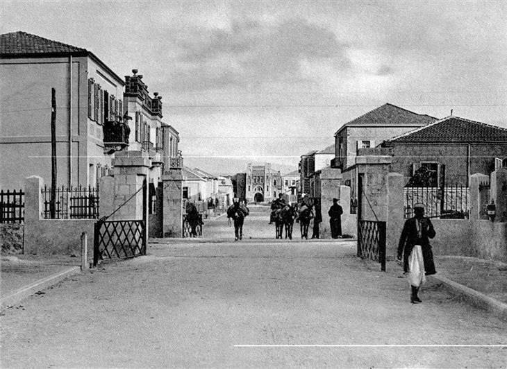 """תל אביב של פעם: מחסום הרכבת והגימנסיה העברית """"הרצליה"""""""