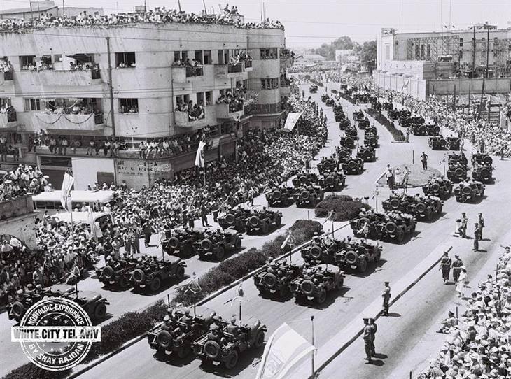 """תל אביב של פעם: מצעד יום העצמאות של צה""""ל בדרך פתח תקווה"""