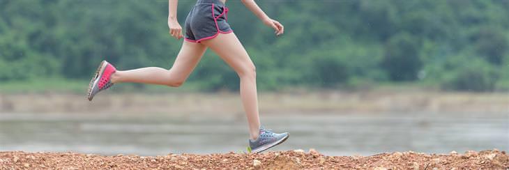 דברים קשים שצריך לשמוע על הגישה לחיים: רגליים של אישה שרצה