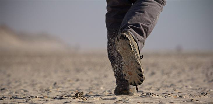 דברים קשים שצריך לשמוע על הגישה לחיים: רגליים של איש שהולך באדמת עפר