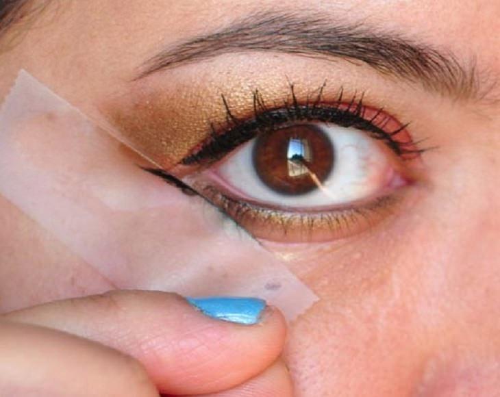 טיפים לאיפור וטיפוח: נייר דבק סליטיים מודבק סמוך לזווית עין