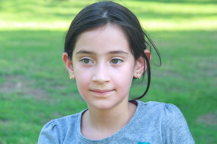 התמודדות של הורה מוחצן לילד מופנם: ילדה בפארק