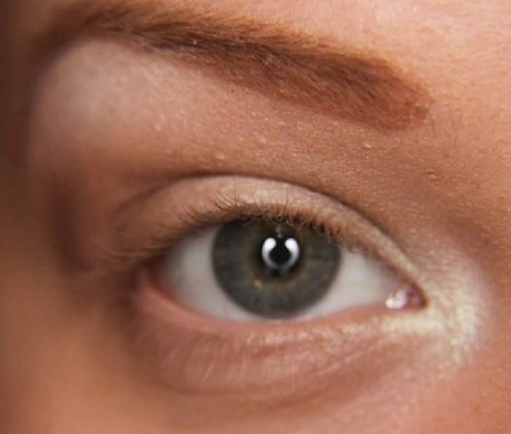 טיפים לאיפור וטיפוח: הארת 3 נקודות בעין עם צללית בהירה