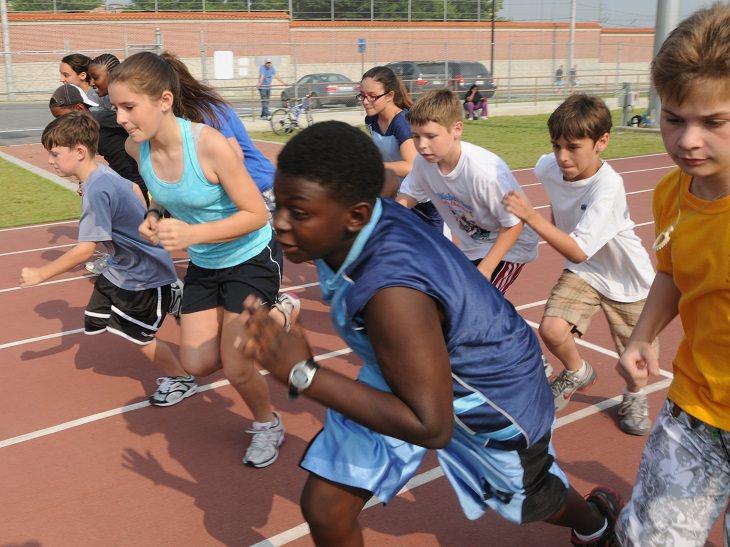 ספורט תחרותי: מספר ילדים רצים במסלול ריצה