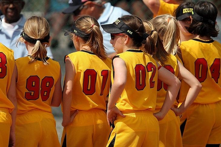 ספורט תחרותי: קבוצת ילדות מקבלות תדרוך