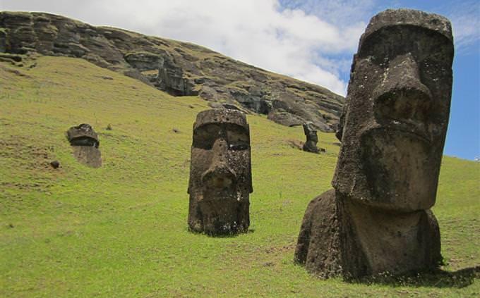 טריוויה תרבות ומקומות בעולם: פסלי ראשי אדם