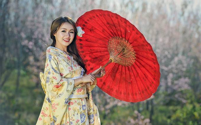 טריוויה תרבות ומקומות בעולם: אישה בלבוש אסייתי מסורתי
