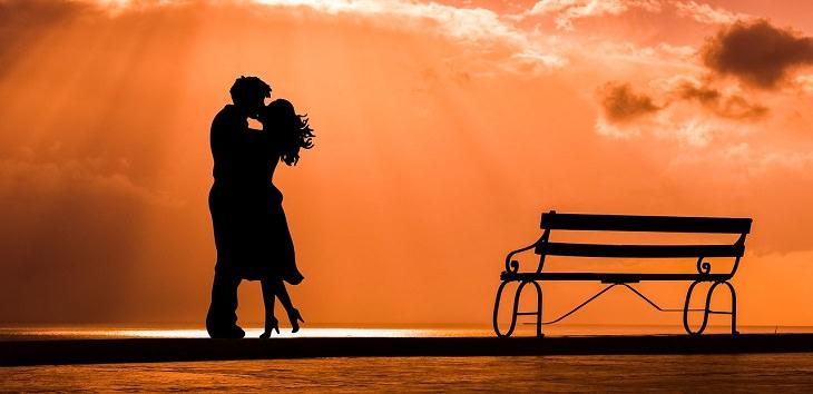 מה קורה במוח בזמן התאהבות: זוג מחובק מתנשק על רקע הנשיקה