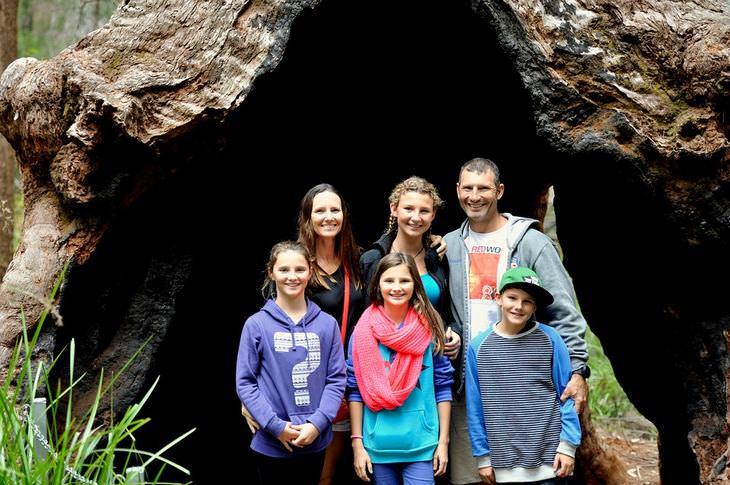 השפעה של הורות על הבריאות: משפחה בטיול בטבע