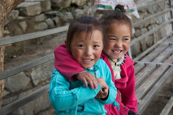4 שלבי גידול ילדים על פי הטיבטים: זוג ילדות טיבטיות מחייכות