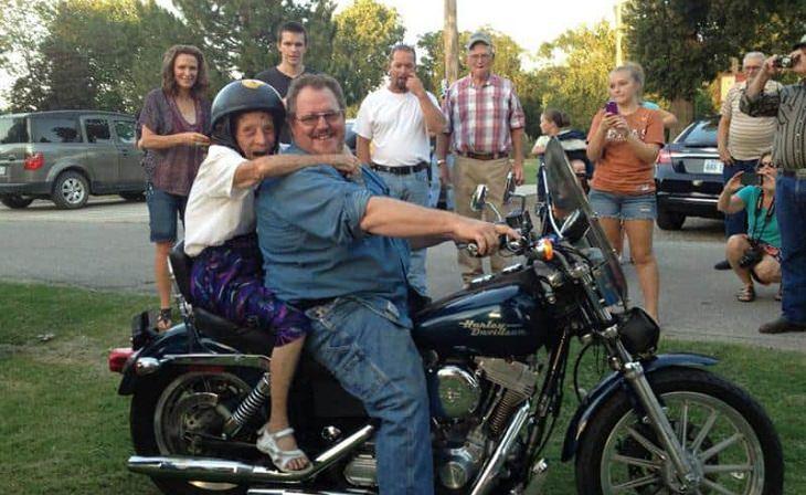חוויות ראשונות: אישה מבוגרת על אופנוע