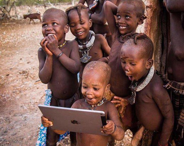 חוויות ראשונות: ילדים אפריקאים וטאבלט