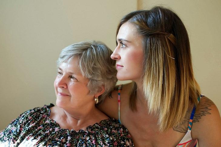 4 שלבי גידול ילדים על פי הטיבטים: אישה צעירה ליד אימא שלה