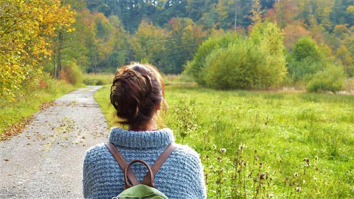 דברים מעוררי מחשבה שישנו את חייכם: אישה שעומדת על שביל בטבע