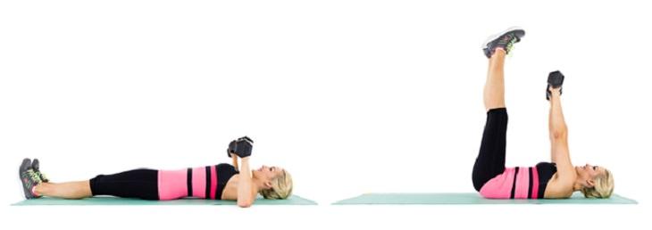 תרגילים לחיזוק הגב ושרירים אחוריים: אשה מבצעת את תרגיל לחיצות חזה עם רגליים מתוחות