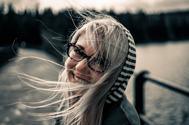 מאפיינים של זוגיות בריאה ומאושרת: אישה מחייכת