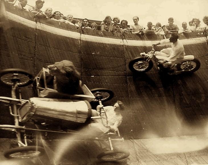תמונות היסטוריות: את'ל וארל פורטל נוהגים על קיר המוות יחד עם אריה המחמד שלהם בשנת 1933.