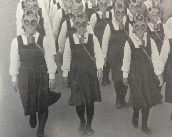 תמונות היסטוריות: ילדות יפניות חובשות מסיכות גז במהלך תרגיל בטוקיו, יפן שנת 1943.