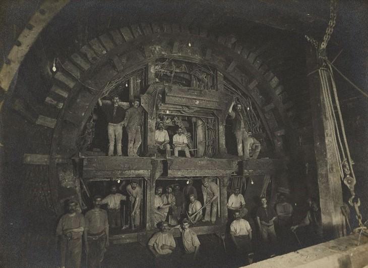 תמונות היסטוריות: צילום משותף של עובדי קו הסנטרל במהלך בנייתו בלונדון, אנגליה שנת 1898.