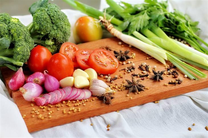 שיטות של פסיכולוגים להפגת מתח: ירקות על קרש חיתוך