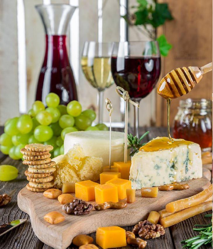 אירועי שבועות: שתי גביעי יין עם מנגו, גבינות ודבש
