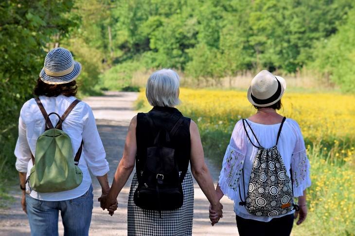 טיפים מאימא: שלוש נשים אוחזות ידיים והולכות