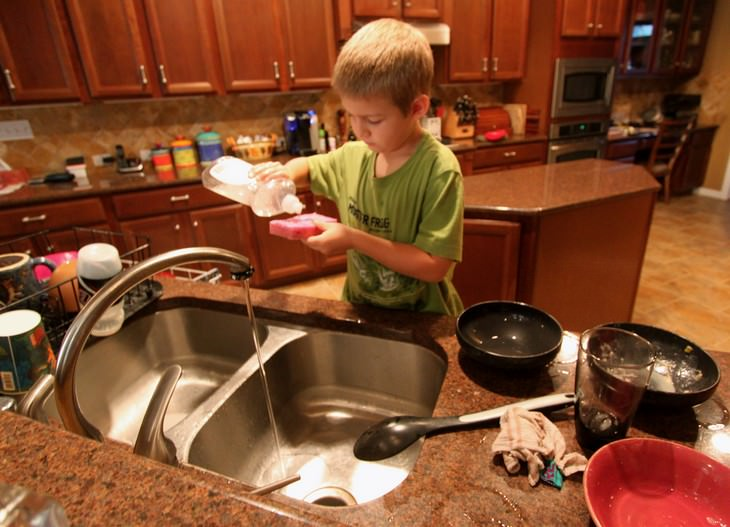 טיפים מאימא: ילד שוטף כלים