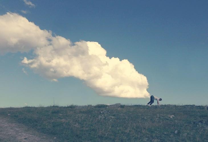 תמונות מצחיקות: אדם עומד בתנוחה מכופפת ומאחוריו ענן