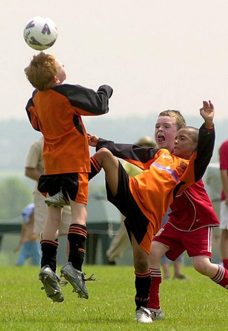תמונות מצחיקות: ילדים משחקים כדורגל