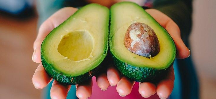 מאכלים עשירים באנזימי עיכול: אבוקדו חצוי