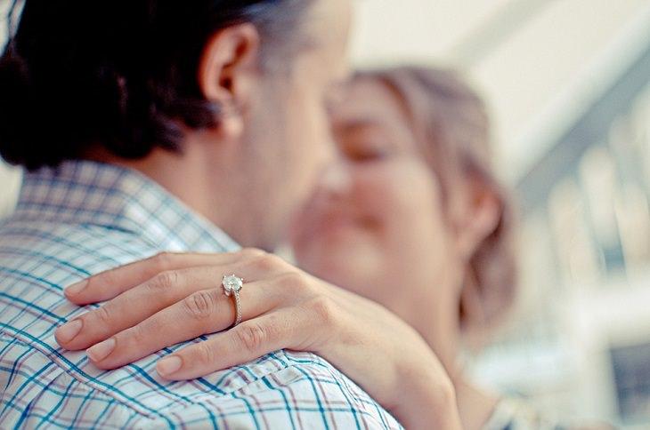 זוג עם טבעת אירוסין