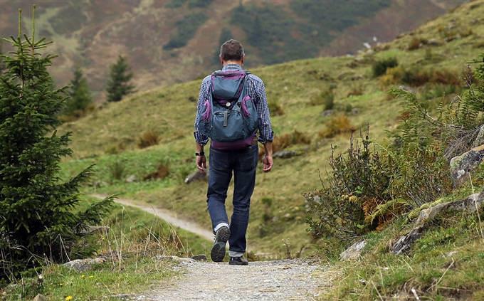 מבחן עברית: איש מטייל בטבע