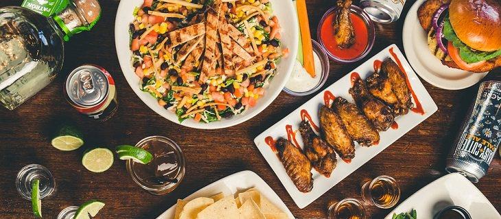 המדריך להכנת עוף: שולחן ערוך עם מבחר מאכלי עוף