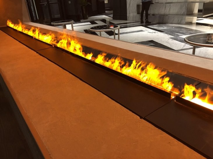 תמונות שנראות כמו אשליות אופטיות: רסיסי מים ותאורה כתומה יוצרים מראה של אש